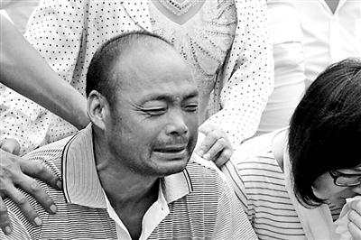 徐玉玉的葬礼上,父亲徐连彬痛哭不已